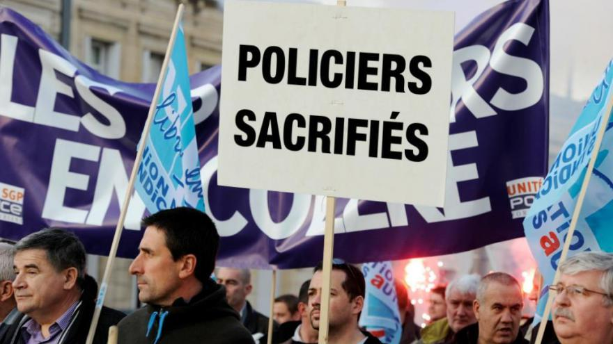 Police : la contestation enfle
